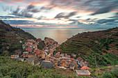 Magischer Sonnenuntergang in Manarola, UNESCO-Weltkulturerbe, Nationalpark Cinque Terre, Gemeinde Riomaggiore, Provinz La Spezia, Region Ligurien, Italien, Europa, Langzeitbelichtung