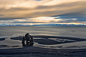 Der Hvítserkur Basaltfelsen an einem bewölkten Wintertag, Hvammstangi, Halbinsel Vatnsnes, Bezirk Vestur-Húnavatnssýsla, Norduland Vestra, Island, Europa, Langzeitbelichtung