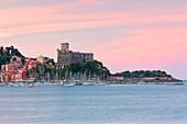 Bewölkter Sonnenaufgang auf Schloss Lerici, Gemeinde Lerici, Provinz La Spezia, Region Ligurien, Italien, Europa, Langzeitbelichtung