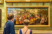 Italien, Toskana, Florenz, Historisches Zentrum, UNESCO-Weltkulturerbe, Paar betrachtet das Gemälde 'Anbetung der Könige' von Jacopo Pontormo das in der Palatinischen Galerie im Palast Pitti ausgestellt ist