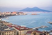 Italien, Kampanien, Neapel, der Golf von Neapel am Fuße des Vesuvs, Panoramablick vom Hügel Posillipo