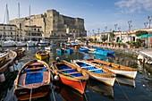 Italien, Region Kampanien, Neapel, Historisches Zentrum, UNESCO-Weltkulturerbe, Bezirk Chiaia, Borgo Marinaro, kleiner Hafen Santa Lucia am Fuße des Castel dell'Ovo