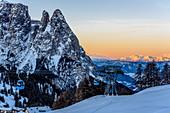 Sonnenaufgang im Skigebiet Seiser Alm, Südtirol, Italien