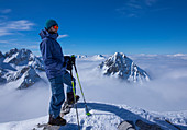 Mann auf dem Gipfel am Tajakopf in Ehrwald im Winter, Tirol, Österreich