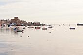 Morgenstimmung im Hafen von Barfleur, Normandie, Frankreich, Plus beaux villages de France (Die schönsten Dörfer Frankreichs)