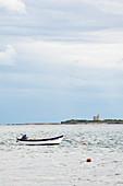 Boot bei Saint Vaast la Hougue, Cotentin Halbinsel, Normandie, Frankreich. Im Hintergrund die Insel Tatihou mit Vauban Turm