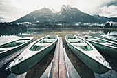 Mietboote am Ufer des Hintersees mit Blick auf Schärtenspitze und Kleinkalter, Berchtesgadener Land, Bayern, Deutschland