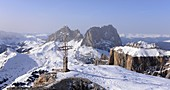 View from Sass Pordoi west to Langkofel, scenery, rocks, mountains, summit cross, snow, Dolomites, Trentino in winter, Italy