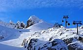 im Skigebiet Obertauern am Zehnerkar, Schnee, Himmel, Skilift, Skipiste, Wolken, Alpen, Winter in Salzburg, Österreich