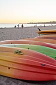 Surfbretter am Strand von Santa Barbara im Abendlicht, Kalifornien, USA.