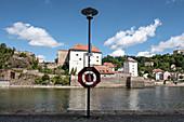 Blick auf die Donau und das Schloss Veste Niederhaus in Passau, Niederbayern, Bayern, Deutschland, Europa