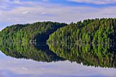 Ungewöhnliche Spiegelung des Waldes im See, Junsele, Norrbottens Län, Schweden