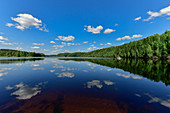 Ein völlig einsamer See mit Spiegelung des Himmels in Lappland, Junsele, Norrbottens Län, Schweden