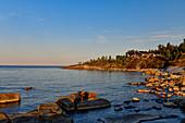 Wochenendhäuser direkt am felsigen Ufer der Ostsee, Klampenborg, Västernorrland, Schweden