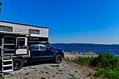 Ein Pop-up-Camper parkt direkt an der Ostsee, Klampenborg, Västernorrland, Schweden