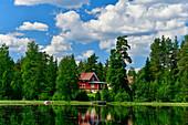 Haus am See im Wald, bei Geunda, Provinz Dalarna, Schweden