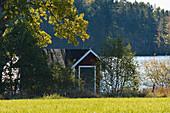 Kleine Hütte an einem See im Wald, bei Smålandsstenar, Jönköpings Län, Schweden