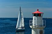 Segelboot und Leuchtturm an der Ostsee, im Skagerrak, Västergötland, Schweden