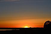 Sonnenuntergang in intensiv leuchtenden Farben am Hornborgasjön, Schweden