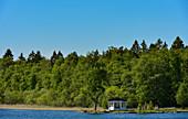 Ein kleiner Pavillon direkt an einem See in der Nähe von Borrud, Västergötland, Schweden