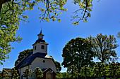 Eine typische, schwedische Kirche in einem kleinen Dorf bei Borrud, Västergötland, Schweden