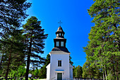 Alte Kirche und Friedhof im Wald bei Seskarö, Norrbottens Län, Schweden