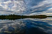Perfekte Wolkenspiegelung in einem See bei Skaulo, Norrbottens Län, Schweden
