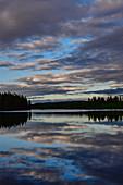 Späte Dämmerung mit Wolkenspiegelung in einem See, Skaulo, Norrbottens Län, Schweden