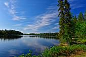 Ein Waldweg führt um einen einsamen See, Skaulo, Norrbottens Län, Schweden