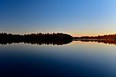 Späte Dämmerung an einem ruhigen See, Skaulo, Norrbottens Län, Schweden