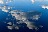Spiegelung von blauem Himmel und Wolken im See, Timansberg, Provinz Örebro, Schweden