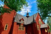 Historische Holzkirche und Bäume im Park in Kopparberg, Provinz Örebro, Schweden
