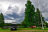 Pickup-Camper bei einem Gemeindehaus am See in Gänsen, Provinz Örebro, Schweden