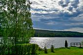 Blick über Wald und See Sunnansjö bei Gänsen, Provinz Örebro, Schweden