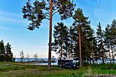 Pick-up-Camper am Siljansee bei Sollarön mit Bootssteg, Dalarna, Schweden
