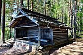 Eine traditionelle Holzhütte in einem Wald bei Älvdalen, Provinz Dalarna, Schweden
