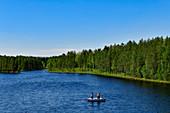 Zwei Angler stehen in einem Boot auf dem Österdalälven, Älvdalen, Dalarna, Schweden