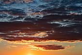 Dramatische Wolkenformation beim Sonnenuntergang, Särna, Dalarna, Schweden