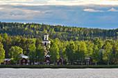 Blick auf den Wald, den See und die Kirche bei Lycksele, Västerbottens Län, Schweden