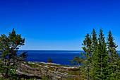 Blick über den felsigen Hügel auf die weite Ostsee bei Bjuröklubb, Västerbottens Län, Schweden