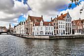 Blick auf die mittelalterlichen Häuser in der Spinolarei, Brugge, Belgien
