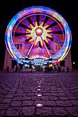 Blick auf das Riesenrad am Königsplatz bei Nacht, München, Bayern, Deutschland, Europa