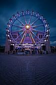 Blick auf das Riesenrad am Königsplatz bei Sonnenuntergang, München, Bayern, Deutschland, Europa