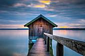 Bootshütte bei Sonnenuntergang am Ammersee, Stegen, Bayern, Deutschland