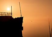 Silhouette Schiff (Museumsschiff) bei Sonnenaufgang am Starnberger See, Tutzing, Bayern, Deutschland