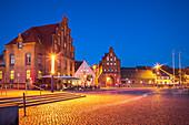 Alter Hafen mit Wassertor in Wismar, Mecklenburg-Vorpommern, Deutschland
