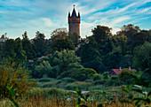 Kindermannsee, Flatowturm und Hofgaertnerhaus, Babelsberger Park, Potsdam, Land Brandenburg, Deutschland