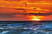 Kiten vor dem Sonnenuntergang, Ostsee,  Heiligenhafen, Ostholstein, Schleswig-Holstein, Deutschland