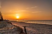 Sonnenuntergang am Strand von Heiligenhafen, Ostsee, Ostholstein, Schleswig-Holstein, Deutschland