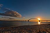 Sonnenuntergang hinter der Fehmarnsundbrücke, Belt, Strand, Ostsee, Fehmarn, Ostholstein, Deutschland